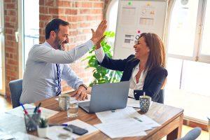 Caixabank-forma-a-sus-empleados-en-lengua-de-signos-para-fomentar-la-inclusion